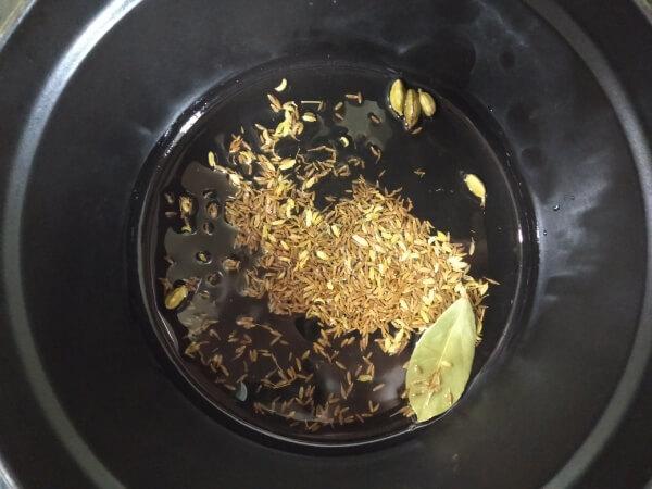 ホールスパイスを炒める
